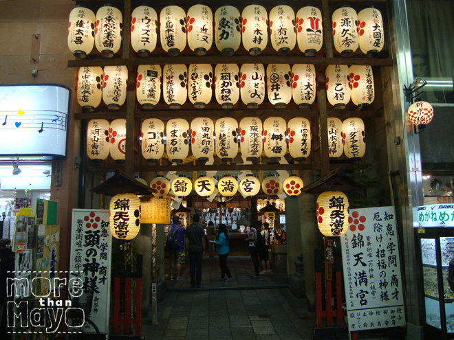 Heiligdom in een winkelstraat in Kyoto